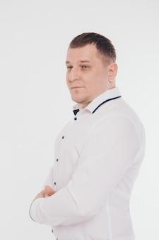Mann in einem business-anzug läuft und gestikuliert auf weiß