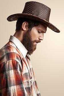 Mann in einem cowboyhut