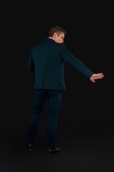 Mann in einem formellen anzug zeigt eine geste