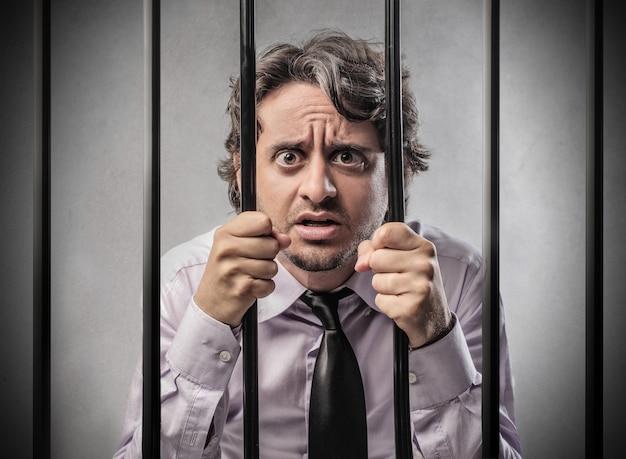 Mann in einem gefängnis