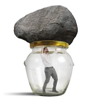 Mann in einem glas mit stein gefangen