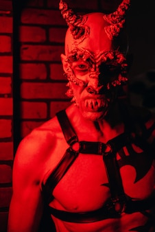 Mann in einem gruseligen kostüm und make-up auf einer halloween-party