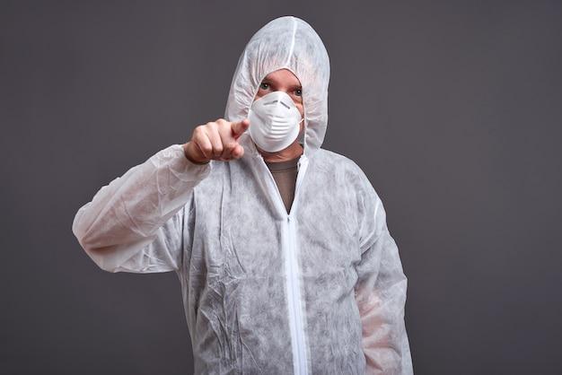 Mann in einem kleiderschutzanzug