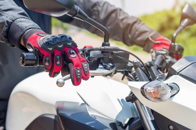Mann in einem motorrad mit handschuhen ist schutzkleidung für das motorradfahren