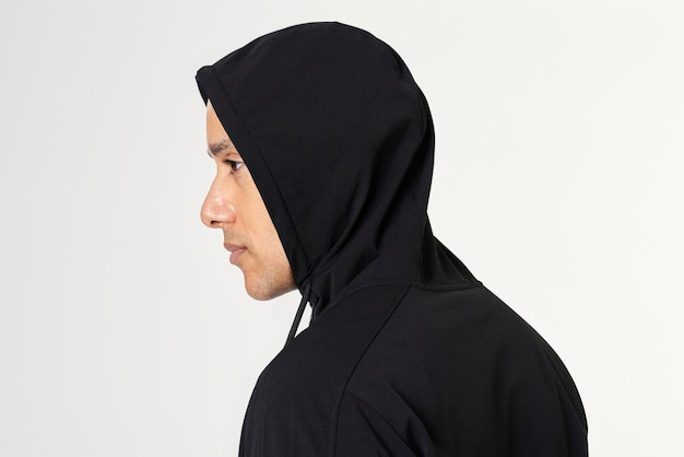 Mann in einem schwarzen hoodie