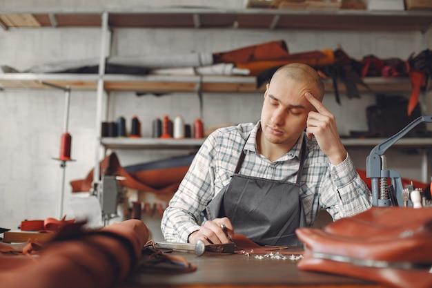 Mann in einem studio kreiert lederwaren