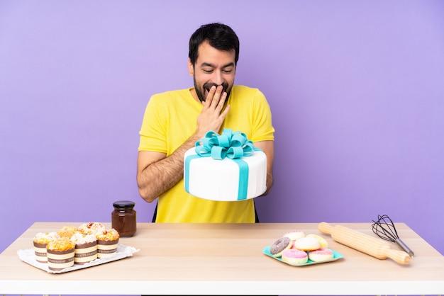 Mann in einem tisch mit einem großen kuchen über lila hintergrund