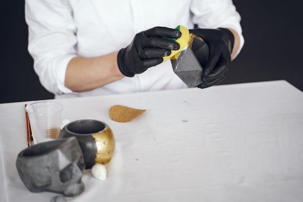 Mann in einem weißen hemd arbeitet mit einem zement