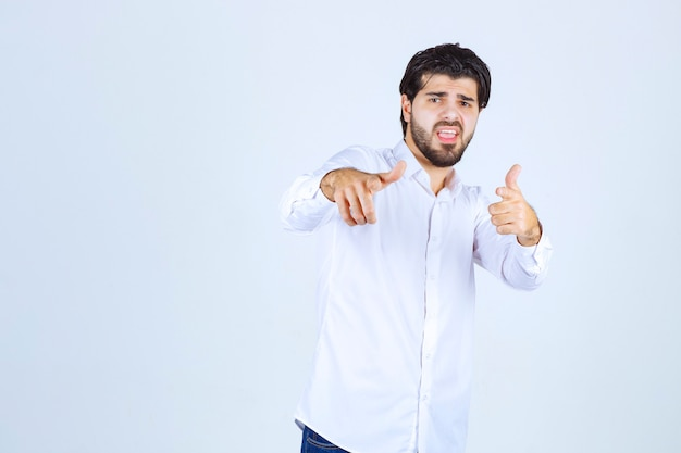 Mann in einem weißen hemd mit freudenhandzeichen
