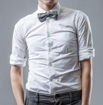 Mann in einem weißen hemd mit grauem gestreiftem schmetterling