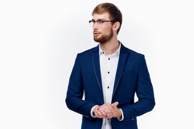 Mann in einer blauen jacke und brille helles hemd gestikuliert