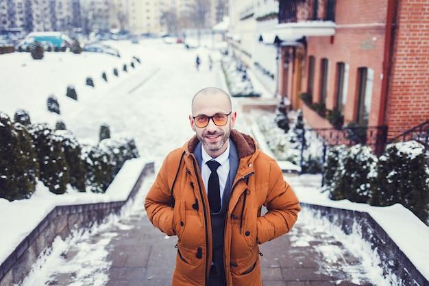 Mann in einer jacke an einem wintertag