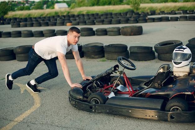 Mann in einer kartbahn mit einem auto
