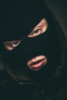 Mann in einer maske auf schwarzer farbe.