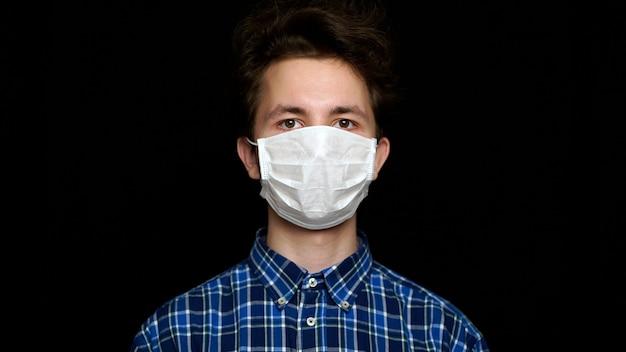 Mann in einer medizinischen maske