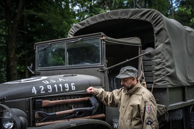 Mann in einer militäruniform in einem armeeauto.
