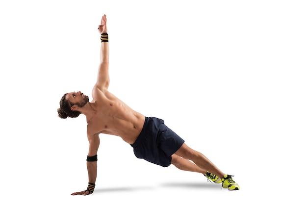 Mann in einer pilates-position der dehnung