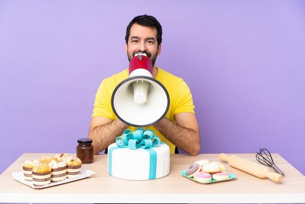 Mann in einer tabelle mit einem großen kuchen, der durch ein megaphon schreit
