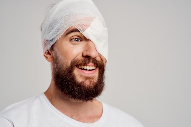 Mann in einer traumagesundheitsdiagnosebehandlung des weißen t-shirts