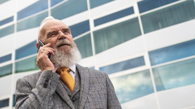 Mann in formeller kleidung, der am telefon telefoniert