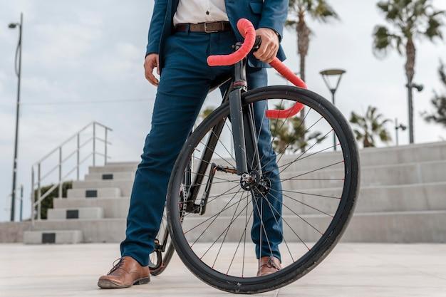 Mann in formeller kleidung, die fahrrad fährt