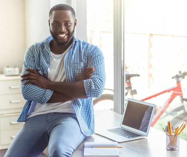 Mann in freizeitkleidung und lächelnd