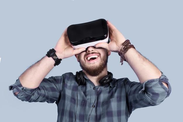 Mann in gläsern der virtuellen realität