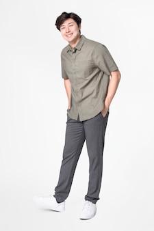 Mann in grauem hemd und hose freizeitkleidung mode ganzkörper