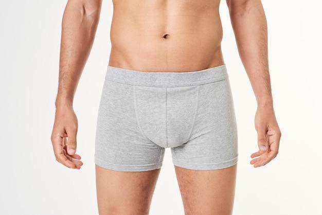 Mann in grauen boxershorts