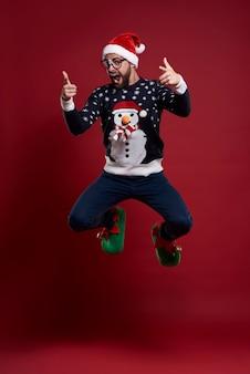 Mann in guter laune während der weihnachtszeit