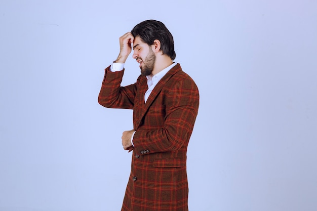 Mann in karierter jacke, der über etwas sehr traurig ist und weint.
