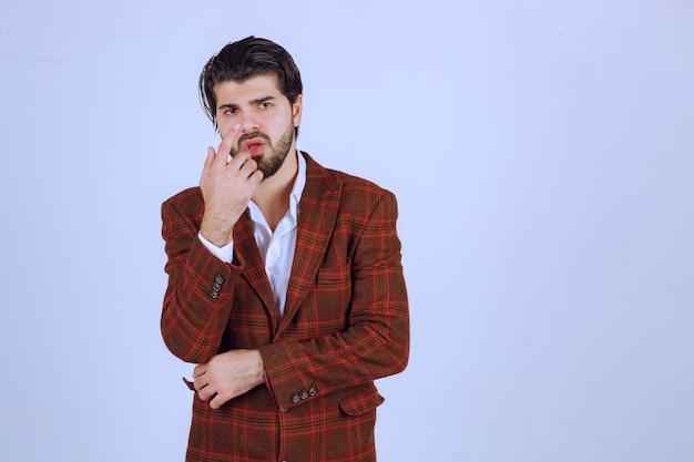 Mann in karierter jacke sieht verwirrt und unerfahren aus.