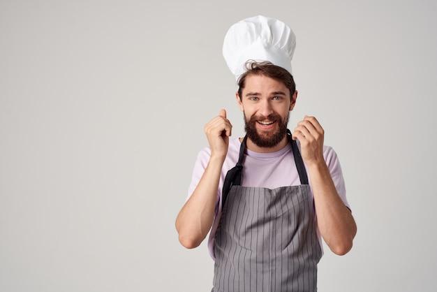 Mann in küchenchefs einheitliche emotionen restaurant arbeiten professionell