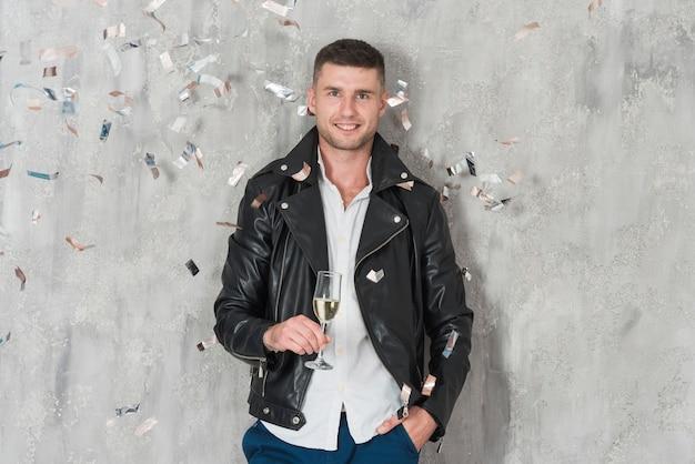 Mann in lederjacke mit champagner