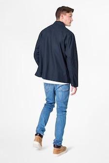 Mann in marineblauer jacke und jeans streetwear