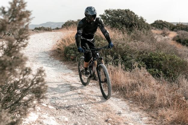 Mann in mountainbike-ausrüstung im freien