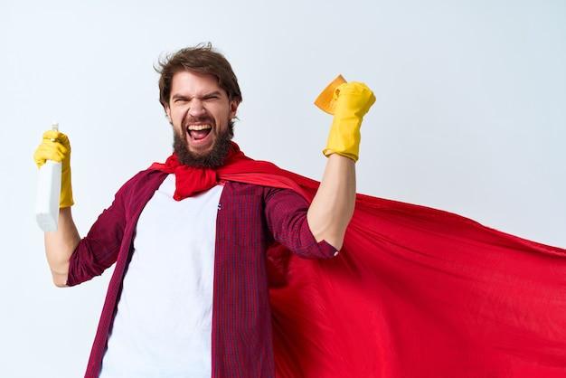 Mann in rotem mantel, der superhelden reinigt, service-sauberkeit