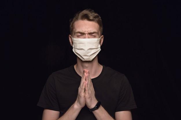 Mann in schutzmaske