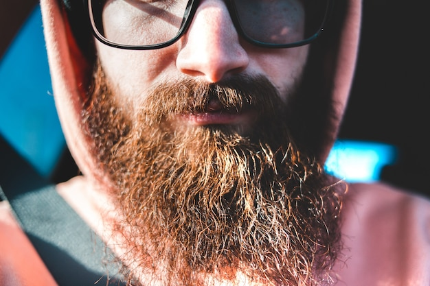 Mann in schwarz gerahmten brillen