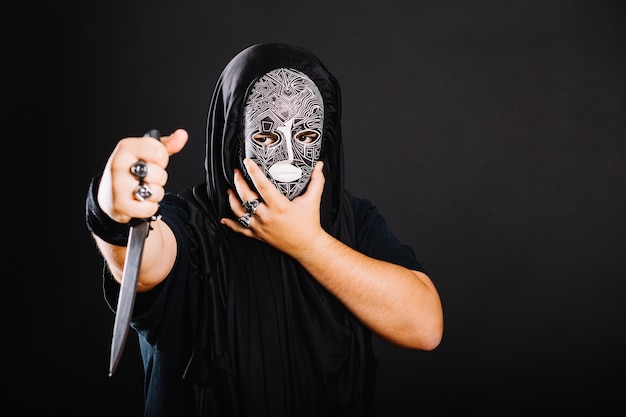 Mann in schwarz mit messer