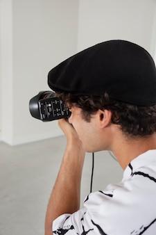 Mann in seinem professionellen fotostudio