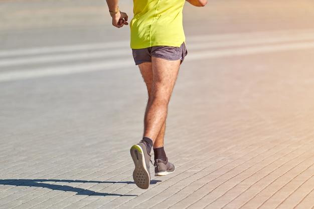 Mann in sportbekleidung läuft auf der straße
