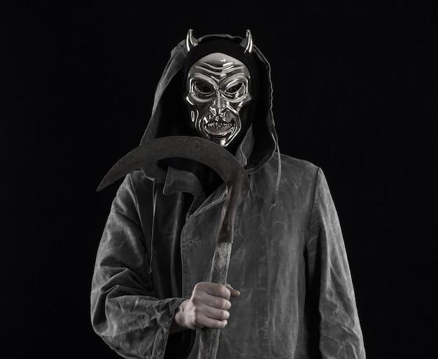 Mann in teufelsmaske auf schwarzem hintergrund
