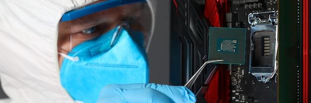 Mann in uniform setzt mikrochip