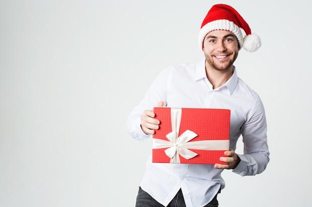 Mann in weihnachtsmütze mit geschenkbox