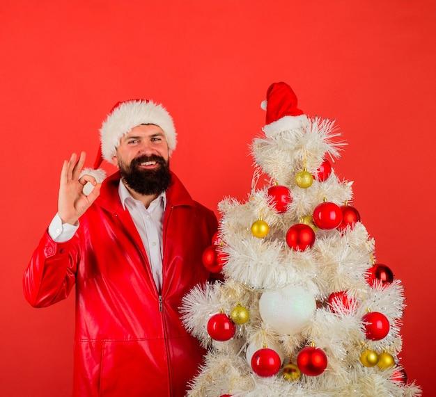 Mann in weihnachtsmütze mit weihnachtsbaum neues jahr konzept dezember bärtiger weihnachtsmann in santa