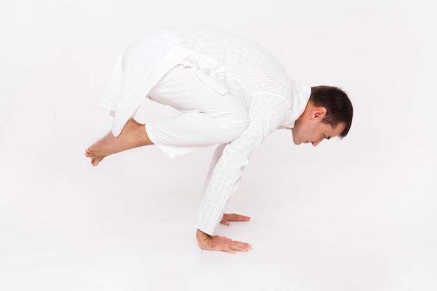 Mann in yoga pose raben.