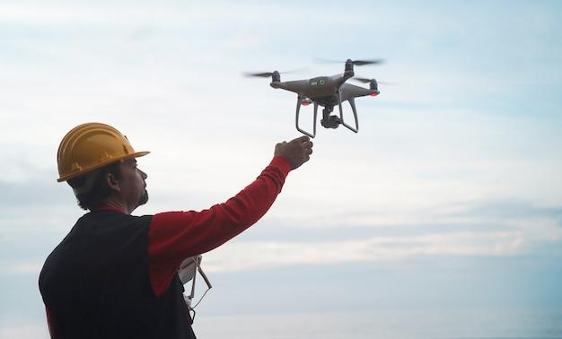 Mann ingenieur fliegt mit drohne