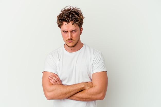 Mann isoliert auf weißem stirnrunzeln im missfallen