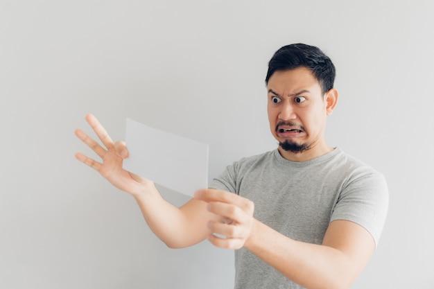 Mann ist hass und traurig mit der weißen postnachricht oder der rechnung.